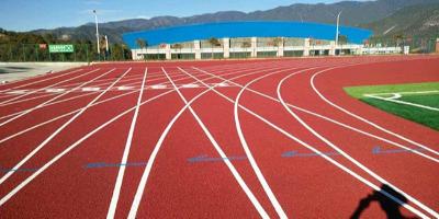 使用塑胶跑道材料铺设运动场的好处有哪些?